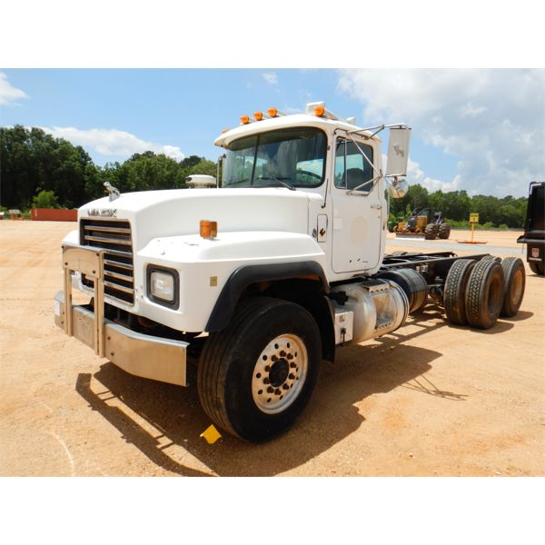 2000 MACK RD688S Cab and Chassis Truck