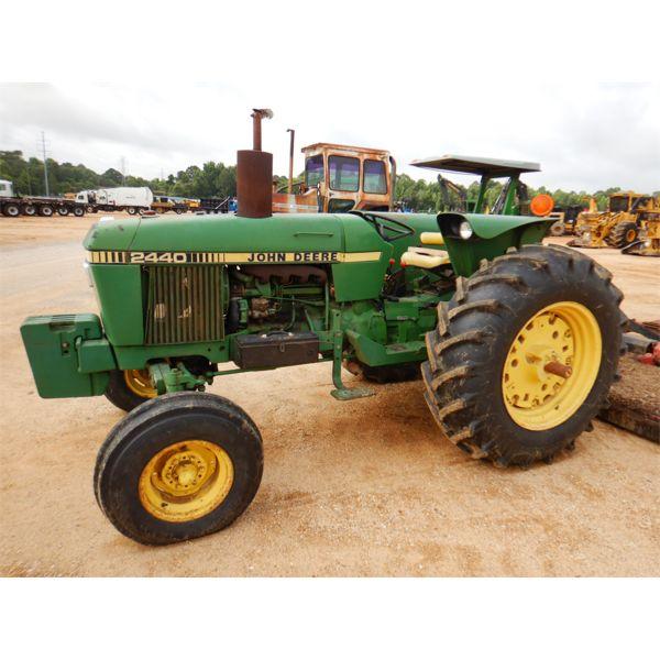 JOHN DEERE 2440 Farm Tractor