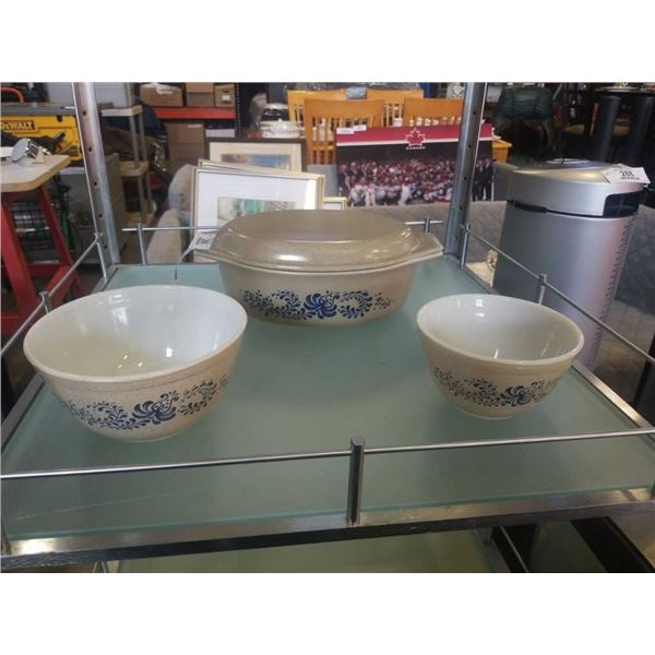 VINTAGE PYREX LIDDED BAKING DISH AND 2 MIXING BOWLS ALL MATCHING