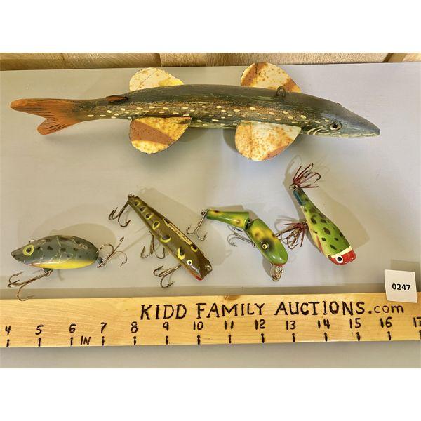 TOM MARTINDALE ICE FISHING DECOY & 4 FROG LURES