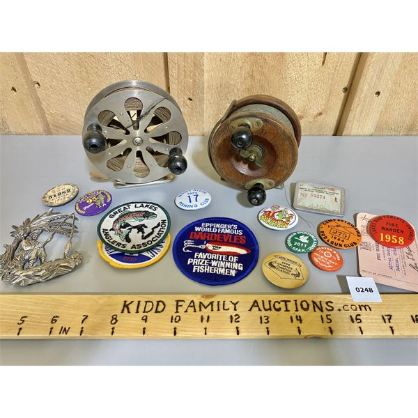 LOT OF SPORTSMAN COLECTIBLES - ANTIQUE REELS, BADGES, PINS, LICENCES, ETC