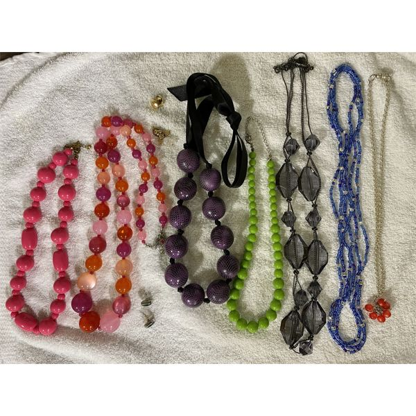 LOT OF COSTUME JEWELRY INCLUDING BEADED NECKLACES
