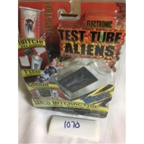 1070-COLLECTIBLE 2000'S FACTORY SEALED ELECTRONIC   TEST- TUBE ALIENS WEB-INTERACTIVE GAME. TATSUNI