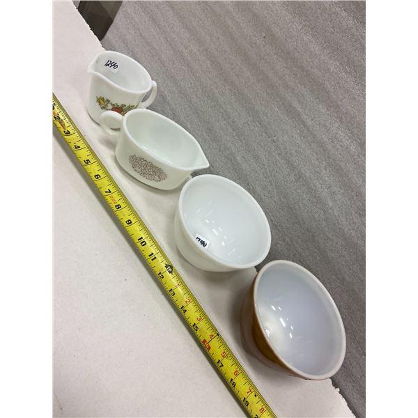 4 Pyrex pieces, 2 bowls & 2 creamers