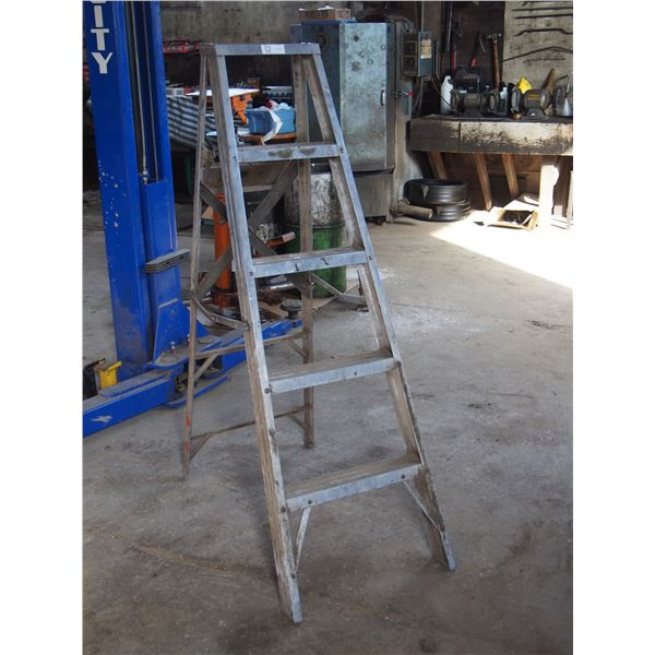 4FT Folding Ladder (Poor Condition)
