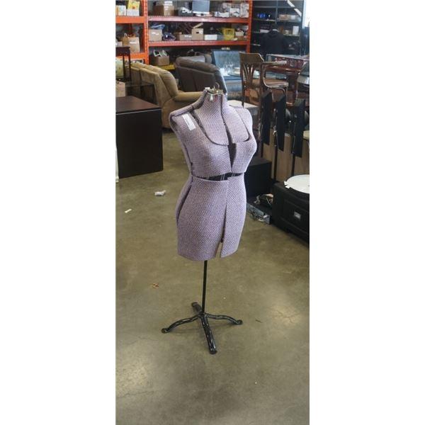 Metal adjustable dress form