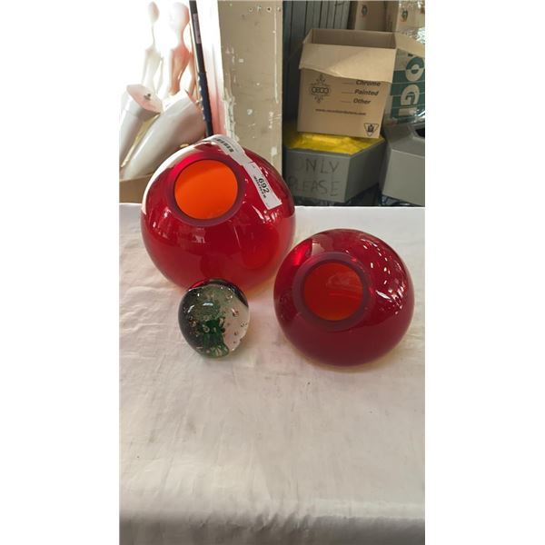 2 UNIQUE ART GLASS VASES AND ART GLASS JELLYFISH PAPERWEIGHT