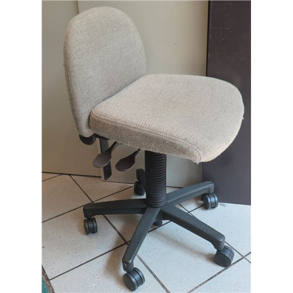 "Superior Chaircraft Rolling Upholstered Office Task Chair 17""x18""x38"""