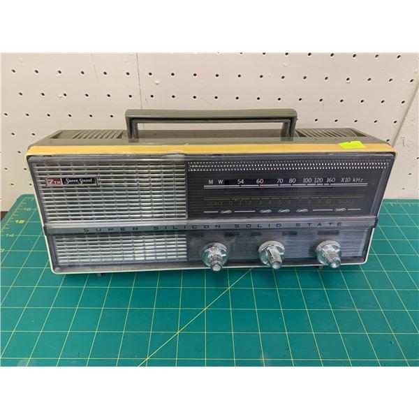 VINTAGE SWEET SOUND TRANSISTOR RADIO