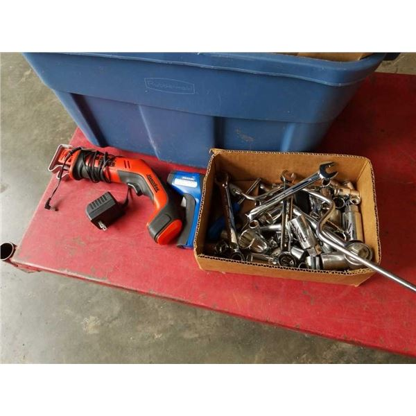 Box of sockets / wrenches with handsaw and thermometer