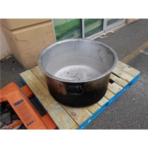 Aluminum stewing pot 28.5 in diameter 16 in deep