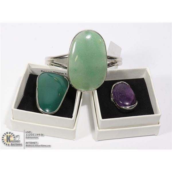 2 COSTUME RINGS (GREEN STONE, AMETHYST) AND GREEN