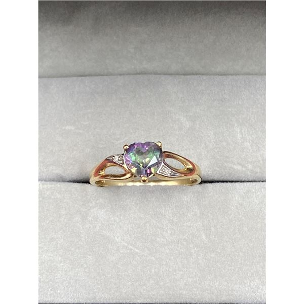 10K YELLOW GOLD RING WITH CENTER GEMSTONE (UNKNOWN) AND 2 SMALL DIAMONDS