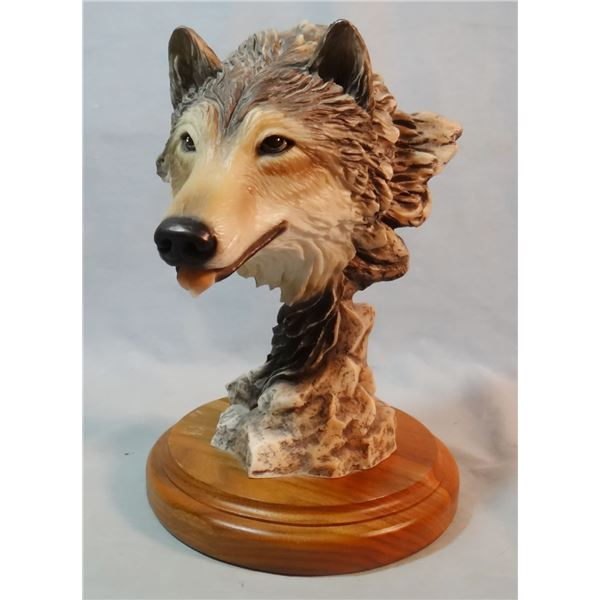 "Gray wolf resin sculpture, 9"" x 6"" w x 7"", unsigned'"