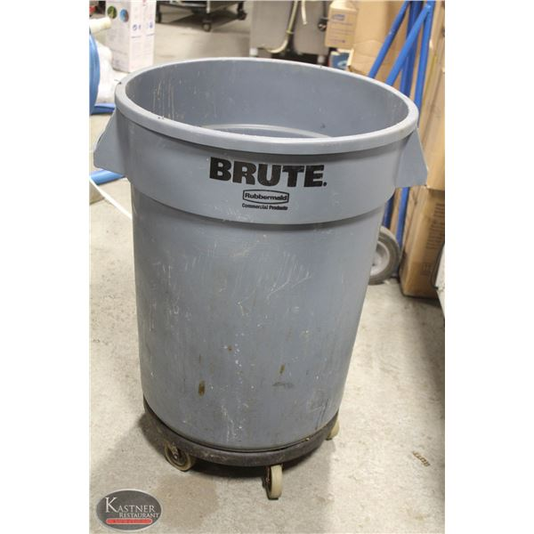 BRUTE RUBBERMAID GREY TRASH CAN 32GAL WHEEL STAND