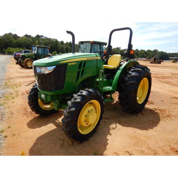 JOHN DEERE 5065E Farm Tractor