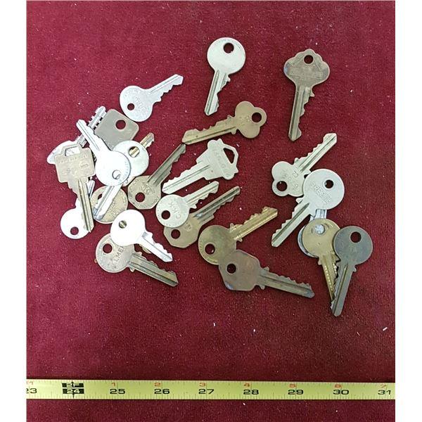 Lot Vintage Keys - 25