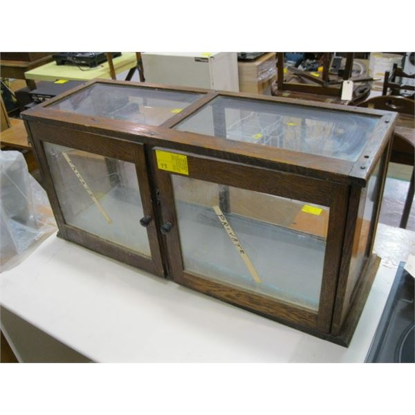 2 DOOR GLASS DISPLAY CABINET WITH SHELVES. GLASS ON FRONT CRACKED