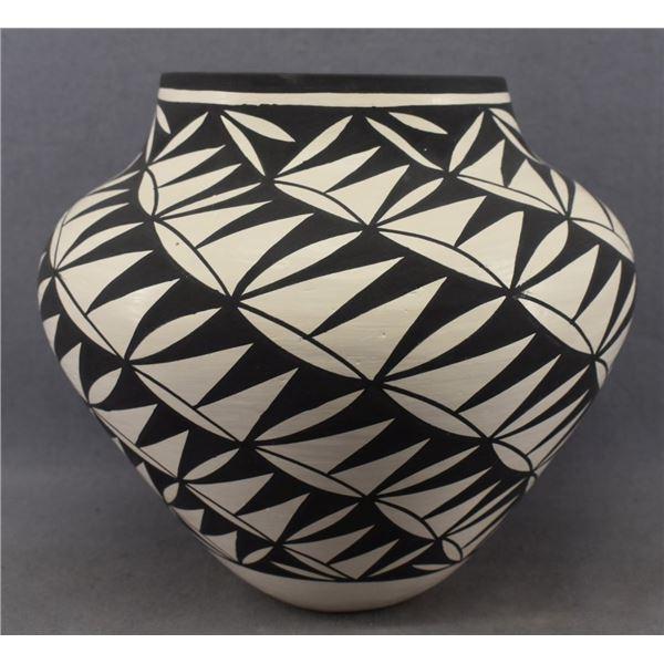 ACOMA INDIAN POTTERY JAR ( M VICTORINO)