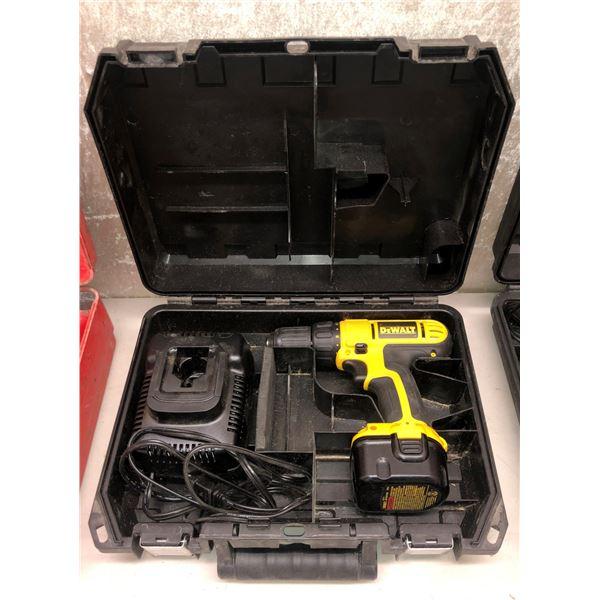 DeWalt 12 volt cordless drill w/ one batterie & charger