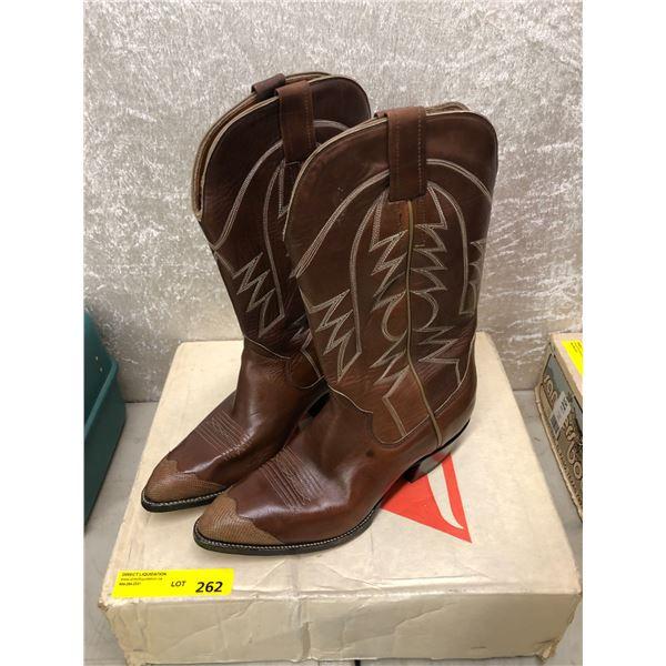 Pair sanders dark brown w/ beige toe tip coco cowboy boots size 9 1/2 (NOS)