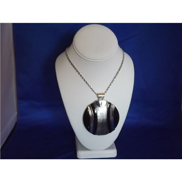5TH AVENUE SHELL PENDANT AND CHOME NECKLACE