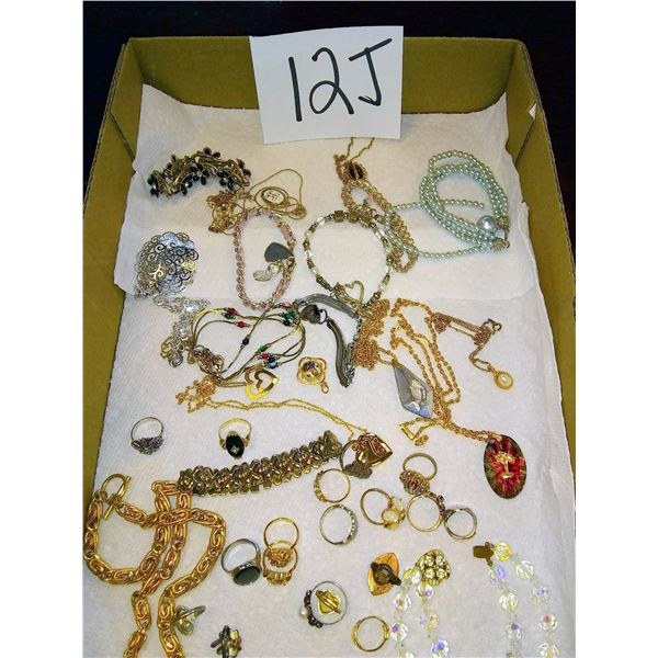 Approx. 40 Pieces of Beautiful Vintage Jewelry