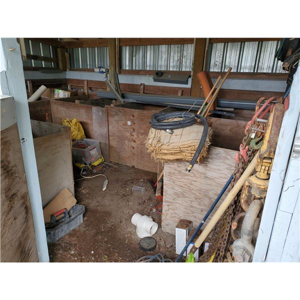 STABLE ROOM CONTENTS WITH ELECTRICAL CONDUIT PIPE, ELBOWS, COUPLERS, GARDEN TOOLS LIFTING CHAINS AND