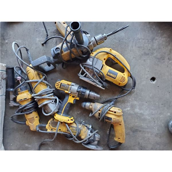ASSORTED DEWALT POWER TOOLS INCLUDING 2 GRINDERS, 3 DRILLS, JIGSAW AND CUT-OUT TOOL