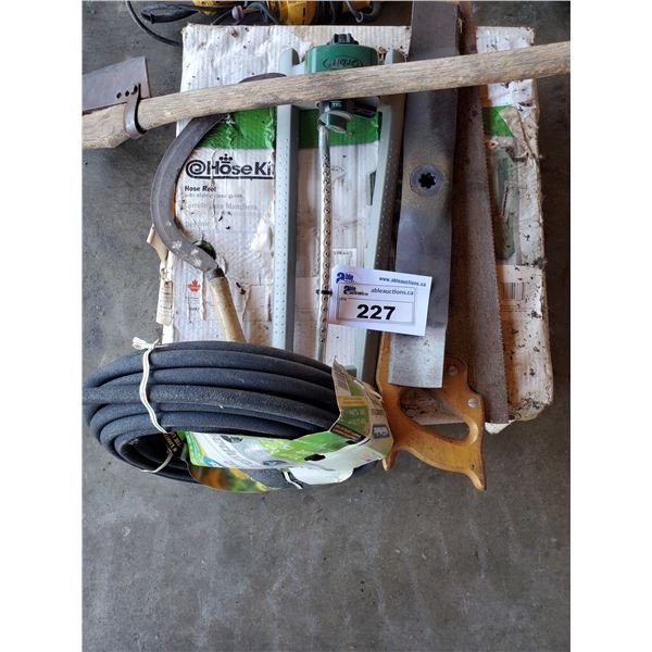 ASSORTED YARD TOOLS INCLUDING HOSE, HOSE REEL, SPRINKLER, REPLACEMENT LAWNMOWER BLADES, HAND SAW AND