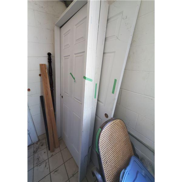 3 WHITE WOOD DOORS AND 2 WHITE WOOD DOOR FRAMES