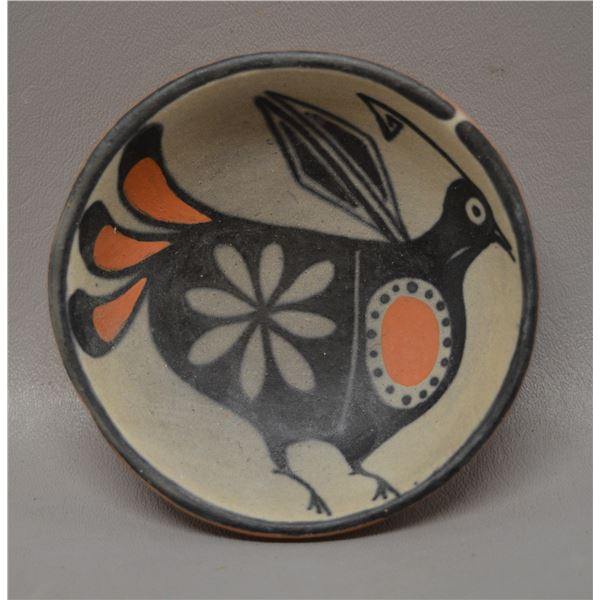 NATIVE AMERICAN SANTO DOMINGO POTTERY PLATE SIGNED WITH LOGO
