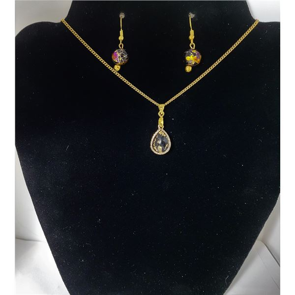 29)  GOLD TONE TEAR DROP PENDANT WITH GOLD