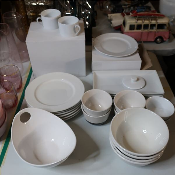 LOT: 42 ASSORTED DISHES / VAISSELLE ASSORTIE