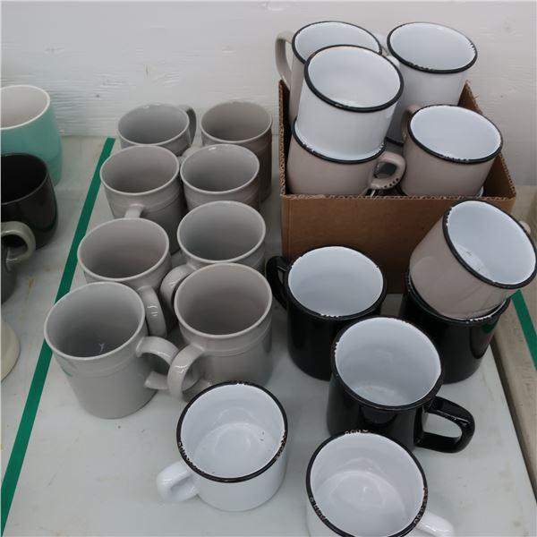 LOT : 23 ASSORTED CUPS / TASSES ASSORTIES