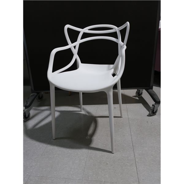 LOT: 4 WHITE PLASTIC CHAIRS