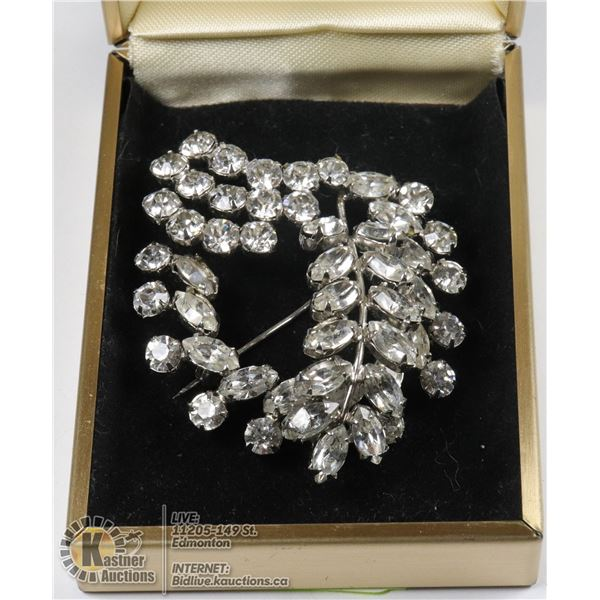 A BROOCH WITH OVERLAPPING AUSTRALIAN CRYSTALS LEAVES