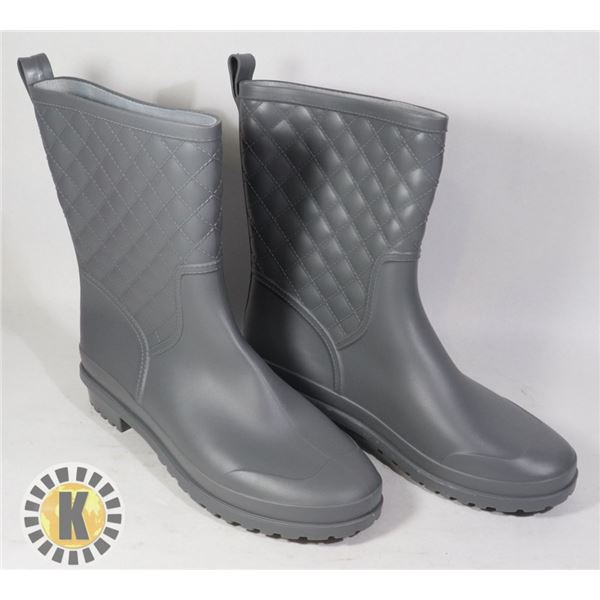 RUBBER GRAY WOMEN'S WATER BOOTS APPROX. 9-10