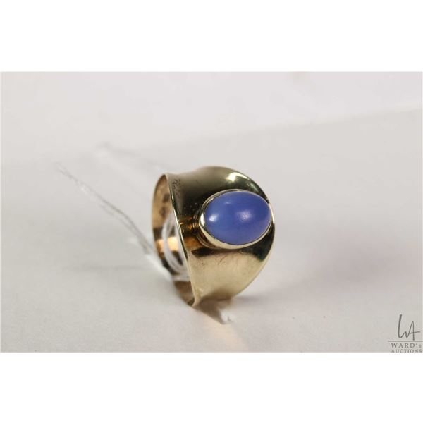 Vintage 8kt yellow gold ring set with bluish purple cabochon gemstone, marked with European 333 gold