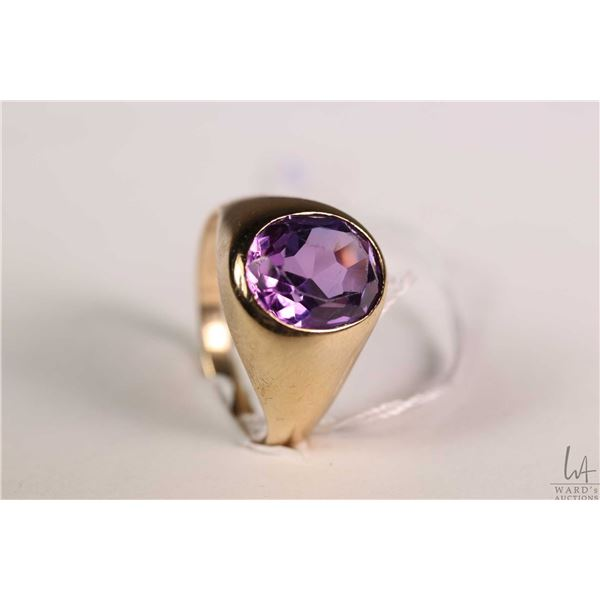 Gent's 10kt yellow gold ring set with oval cut amethyst like gemstone, size 10.5
