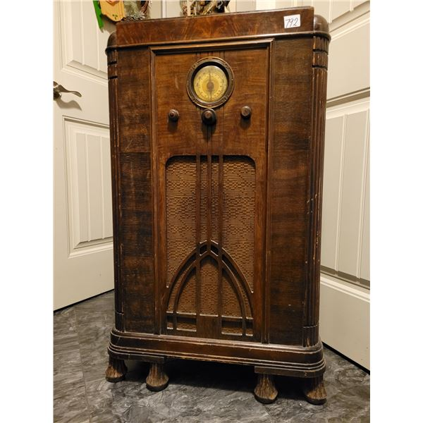 Antique Cabinet tube radio. Powers up, needs some cleaning, tuning electronic TLC