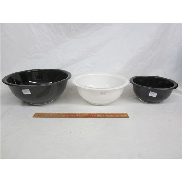 Lot of 3 Pyrex Nesting Bowls 2 black 1 white