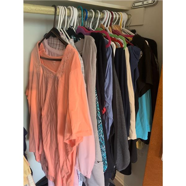 LOT OF 40+ PIECE OF WOMENS CLOTHING MOSTLY 2X AND 3X