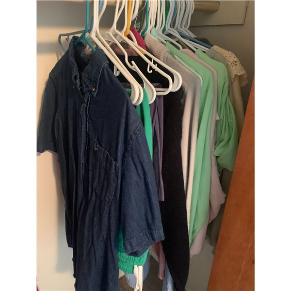 LOT OF 30+ PIECE OF WOMENS CLOTHING MOSTLY MEDIUM AND LARGE