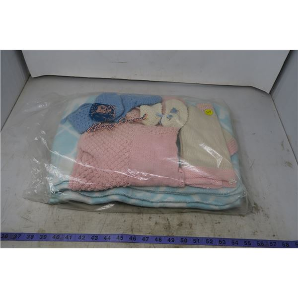 Lot of baby Items: Blanket, Knitted clothes, Baby Books