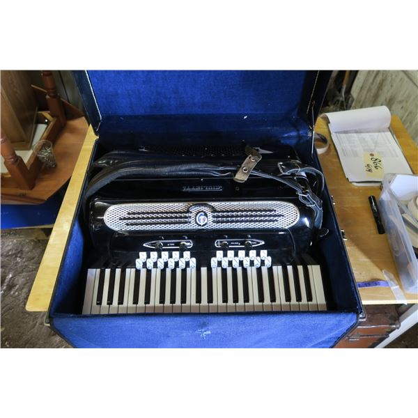 Giuletti Accordian S/N 10212 Electronic, Black Continental Super Free Bassetti, comes with case