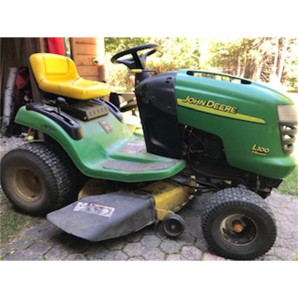 JOHN DEERE L100 LAWN TRACTOR - GOOD WORKING CONDITION