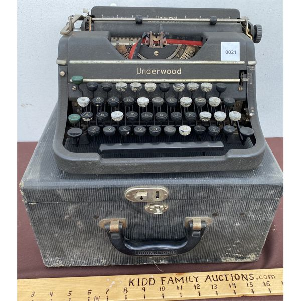 UNDERWOOD VINTAGE TYPEWRITER W/ CARRY CASE