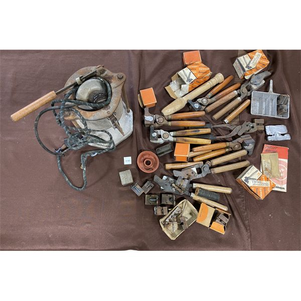JOB LOT - LARGE QTY OF UNKNOWN BULLET MOULDS, MELTING POT & RELOADING TOOLS