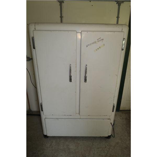 "69""×46""×31"" Vintage Industrial Style Freezer, working"